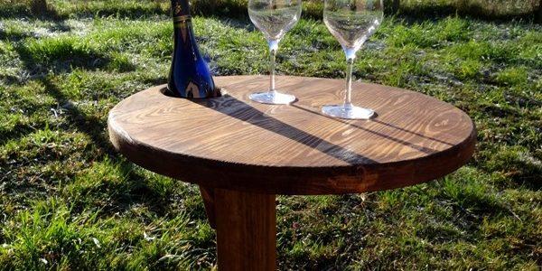 Table pliante pour apéro sur la pelouse