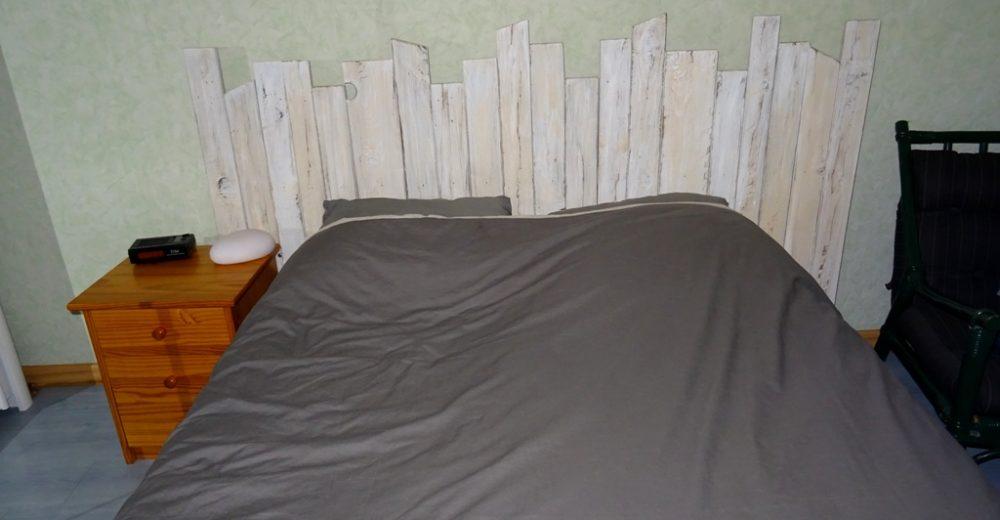 Une tête de lit en bois de palette