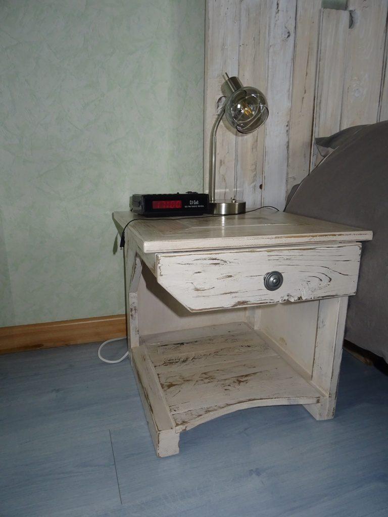 table de chevet en bois de palette blanc cérusé