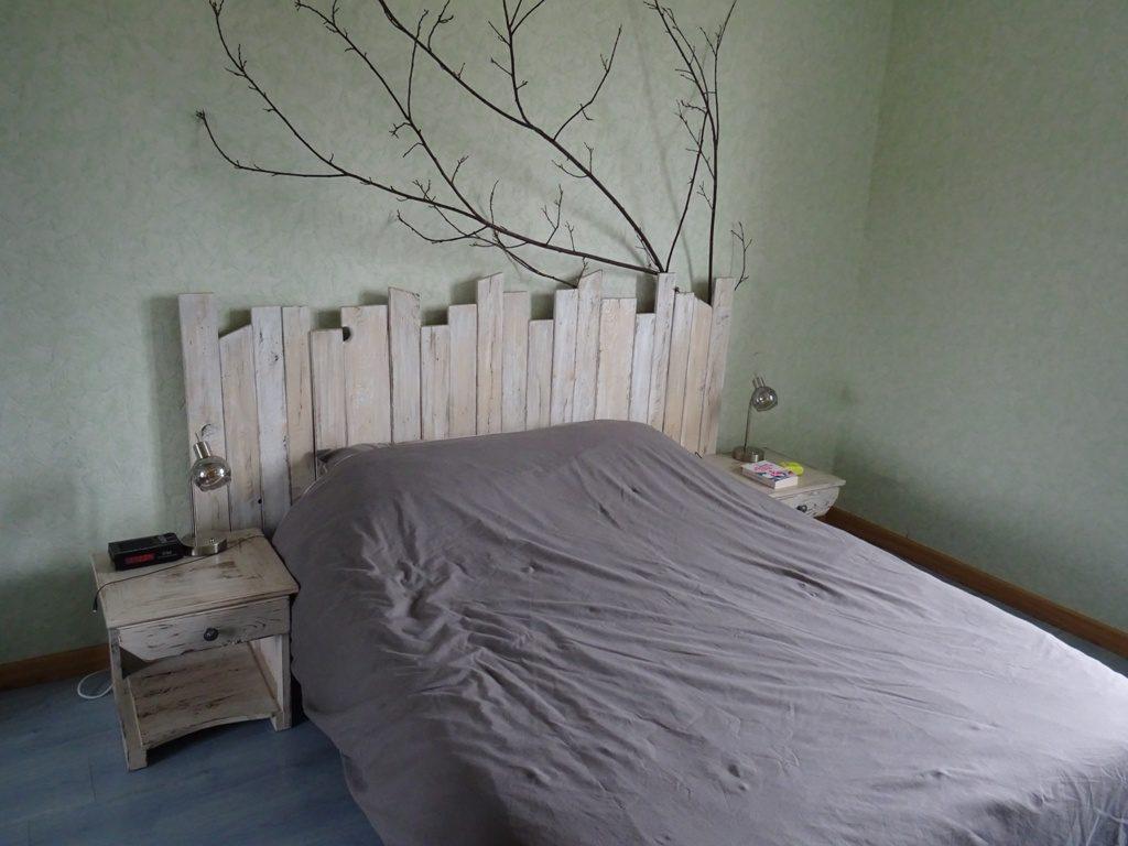table de nuit et tête de lit en bois de palette cérusé blanc